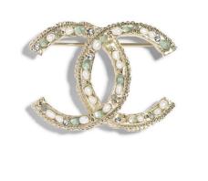 https://www.chanel.com/fr_FR/mode/p/cjy/a99402y47026/a99402y47026z5617/broche-metal-perles-de-culture-deau-douce-perles-naturelles-strass-resine-dore-bleu-blanc-nacre.html?fh_view_size=36&fh_refpath=617a7ab1-4141-46ba-94b1-187522c88417&fh_refview=lister&fh_reffacet=tridiv_subcategory_united_states&fh_location=//catalog01/fr_FR/categories%3C{catalog01_one}/categories%3C{catalog01_one_fashion}/categories%3C{catalog01_one_fashion_1x1}/categories%3C{catalog01_one_fashion_1x1_1x1x3}/tridiv_variant_market%3E{unitedstates}/tridiv_variant_status%3E{active}/tridiv_variant_activationdate_united_states%3C20180426/tridiv_variant_cancellationdate_united_states%3E20180426/tridiv_variant_nocomunication_united_states%3E{false}/tridiv_variant_targetdiffusion_united_states%3E{web}/tridiv_producttype%3E{fshitem}/tridiv_subcategory_united_states%3E{1x1x3x4}&fh_start_index=0
