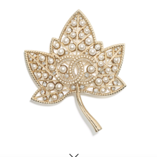 https://www.chanel.com/fr_FR/mode/p/cjy/ab0195y47374/ab0195y47374z8801/broche-metal-strass-verre-dore-blanc-nacre-gris.html?fh_view_size=36&fh_refpath=617a7ab1-4141-46ba-94b1-187522c88417&fh_refview=lister&fh_reffacet=tridiv_subcategory_united_states&fh_location=//catalog01/fr_FR/categories%3C{catalog01_one}/categories%3C{catalog01_one_fashion}/categories%3C{catalog01_one_fashion_1x1}/categories%3C{catalog01_one_fashion_1x1_1x1x3}/tridiv_variant_market%3E{unitedstates}/tridiv_variant_status%3E{active}/tridiv_variant_activationdate_united_states%3C20181011/tridiv_variant_cancellationdate_united_states%3E20181011/tridiv_variant_nocomunication_united_states%3E{false}/tridiv_variant_targetdiffusion_united_states%3E{web}/tridiv_producttype%3E{fshitem}/tridiv_subcategory_united_states%3E{1x1x3x4}&fh_start_index=0